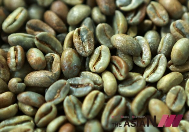 커피생두는 점액질을 자연상태에서 건조한 것이기 때문에, 그 자체를 삶아 물로 마시거나 갈아서 그대로 복용하는 것은 되레 건강에 해로울 수 있다.