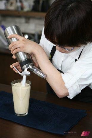 CIA(미국요리대학)에서 향미전문가자격증(FMC)를 취득한 정의윤 커피테이스터가 휘핑기에 질소가스를 장착해 '니트로더치라테'를 만들고 있다.
