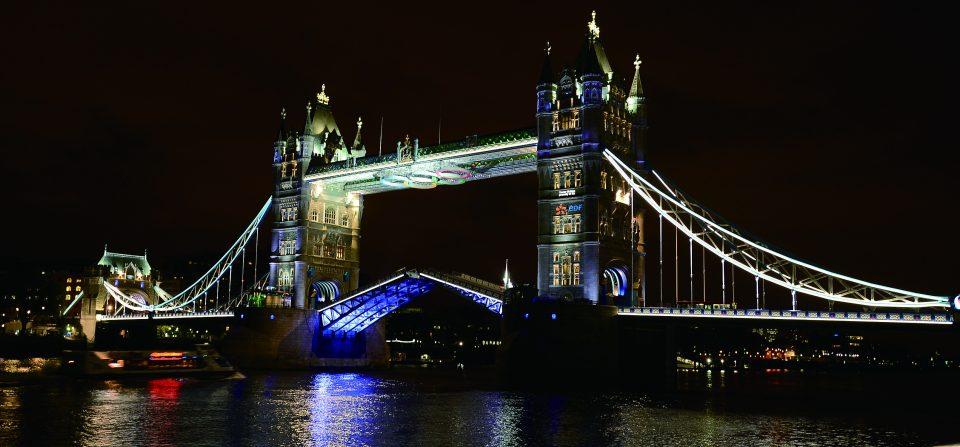 【런던(영국)=뉴시스】서재훈 기자 = 2012 런던 올림픽 개막을 일주일여 앞둔 20일(현지시간) 새벽 영국 런던의 명물인 타워브릿지에 올림픽 오륜마크와 조명이 설치되어 관광객들의 눈길을 끌고 있다. jhseo@newsis.com
