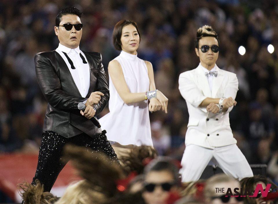 한국 가수 싸이 캐나다 토론토에 있는 로저스 센터에서 열린 NFL의 버팔로 빌스 대 시애틀 시호크스 경기 하프타임에서 '강남스타일' 공연을 펼치고 있다.